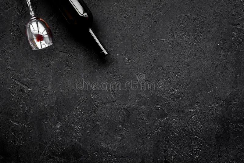 Abuso di alcool Drunkennes Vetri e bottiglie sullo spazio nero della copia di vista superiore del fondo immagine stock