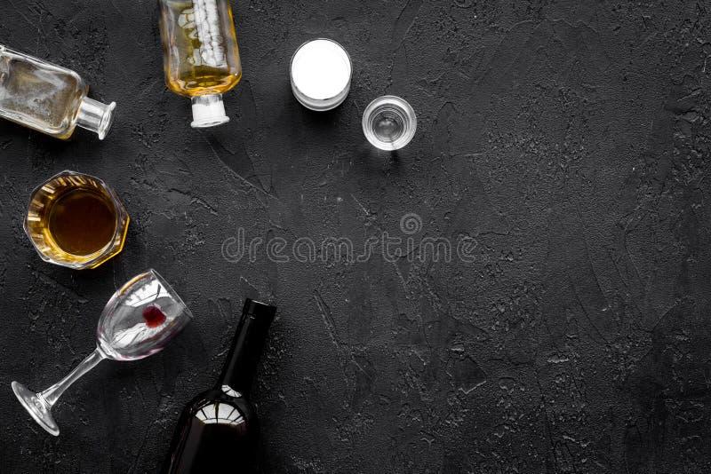 Abuso di alcool Drunkennes Vetri e bottiglie sullo spazio nero della copia di vista superiore del fondo fotografia stock libera da diritti