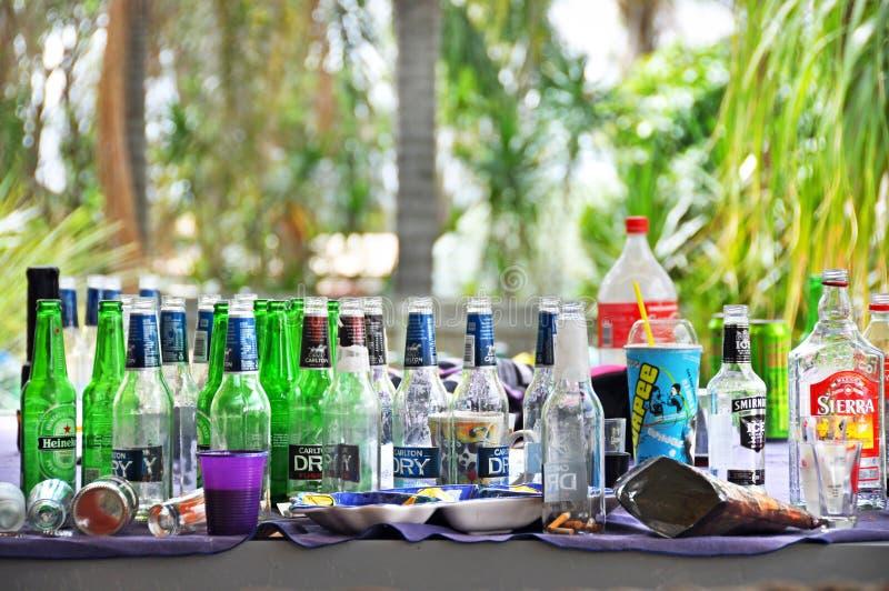 Abuso di alcool vuoto di concetto delle bottiglie di birra immagini stock libere da diritti