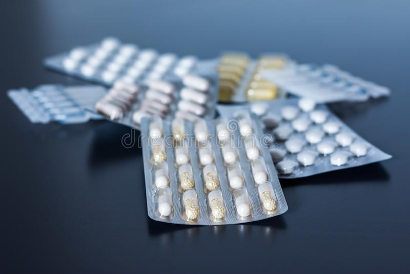 Abuso di droga: pillole o medicina o droghe che si trovano sulla tavola fotografia stock