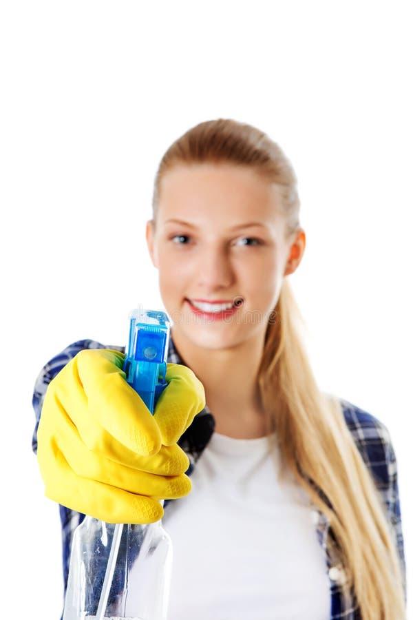 Abwaschflüssigkeit und -schwämme Junge Frau cleaninc lizenzfreies stockfoto