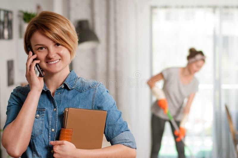 Abwaschflüssigkeit und -schwämme Reinigungsservice Frau wischt Boden stockfoto