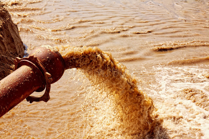Abwasser, das von einem Rohr fließt lizenzfreies stockfoto