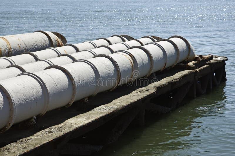 Abwasser in den Fluss stockfotos