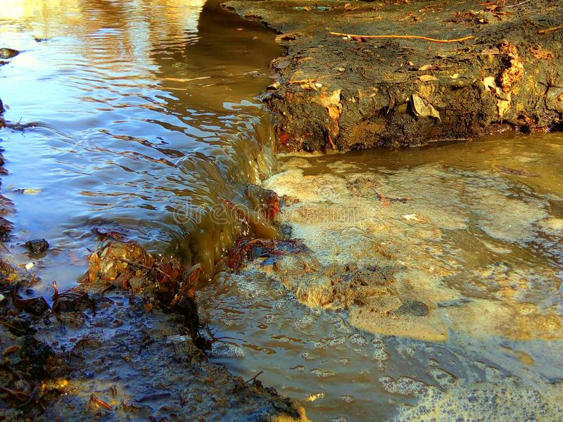 Abwasser nahe einer großen Industrieanlage lizenzfreie stockfotos