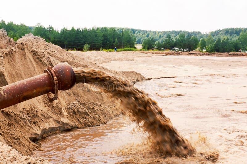 Abwasserfließen lizenzfreie stockfotografie