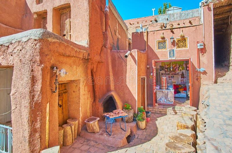 ABYANEH IRAN - OKTOBER 23, 2017: Det lilla turist- kafé- och matlagret i bakgatan av bergbyn, på Oktober 23 i Ab arkivbilder