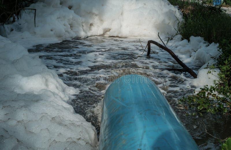 Abzugsgrabenabwasserhallo Geschwindigkeitsursachen-Luftblase enorm stockbild