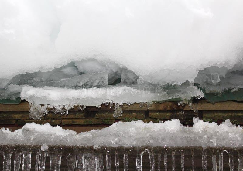Acúmulo da neve e de gelo no telhado foto de stock