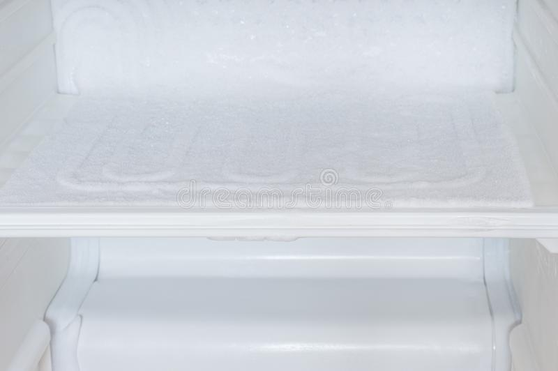 Acúmulo de gelo dentro de um refrigerador imagens de stock