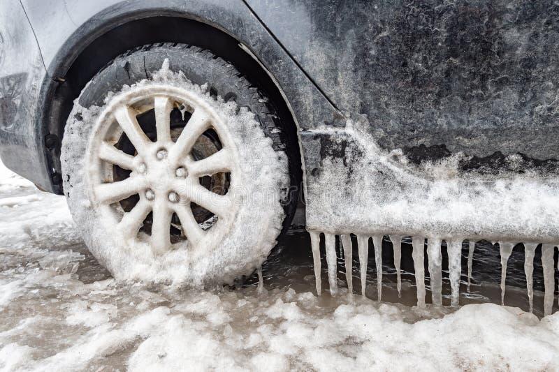 Acúmulo de gelo e sincelos em um carro foto de stock royalty free