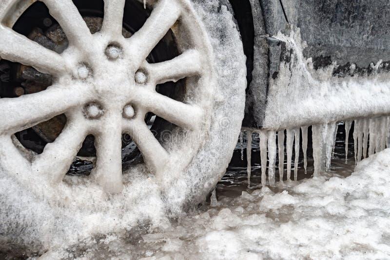 Acúmulo de gelo e sincelos em um carro foto de stock