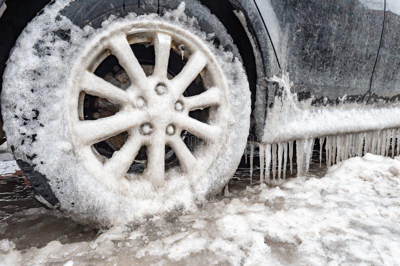Acúmulo de gelo e sincelos em um carro fotos de stock