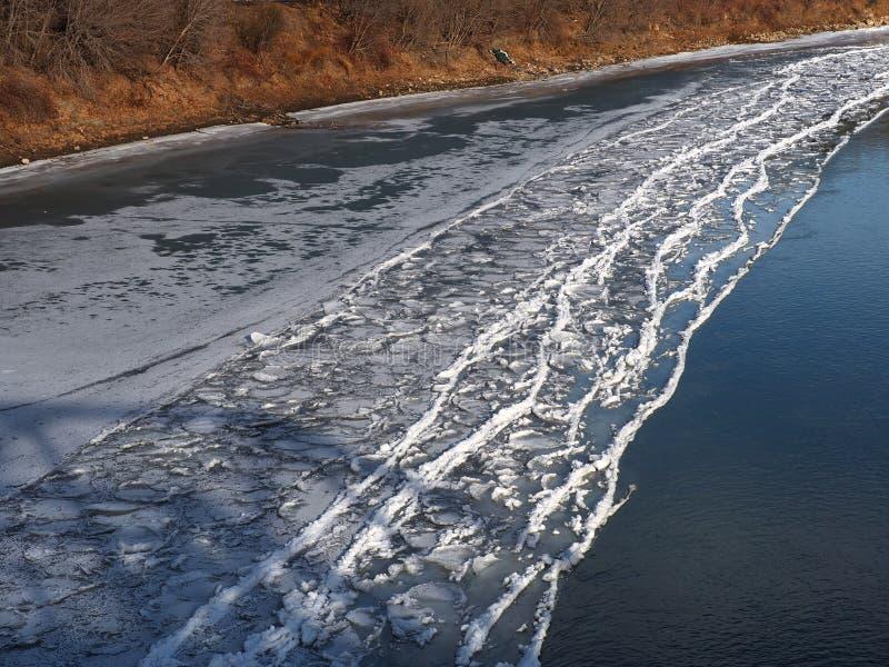 Acúmulo de gelo na costa do rio no outono imagens de stock