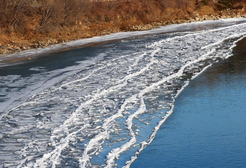 Acúmulo de gelo na costa do rio no outono imagem de stock royalty free