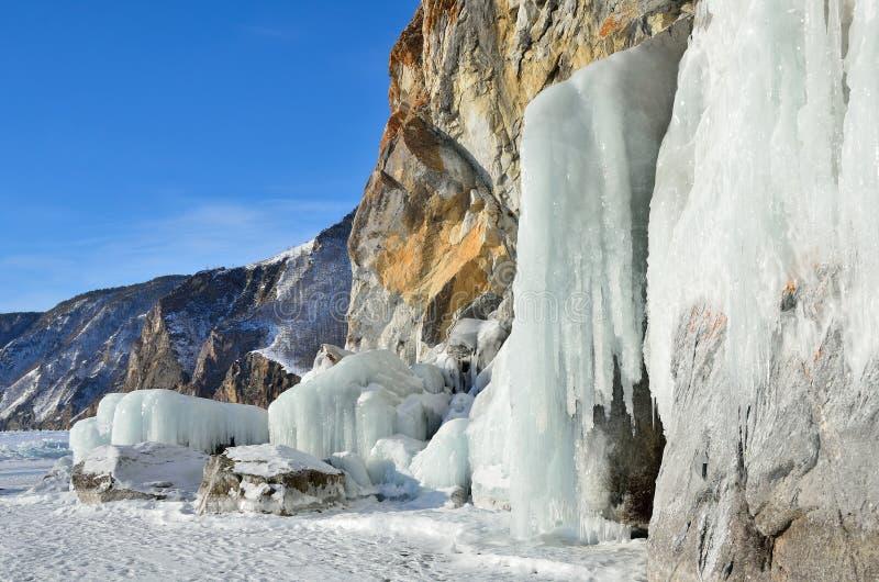Acúmulo de gelo na costa rochosa da ilha de Olkhon perto da estação meteorológica de Uzury Lago Baikal, Rússia fotos de stock