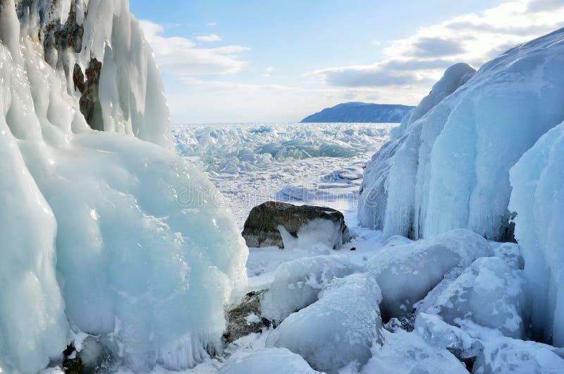 Acúmulo de gelo na costa rochosa da ilha de Olkhon perto da estação meteorológica de Uzury Lago Baikal, Rússia foto de stock royalty free