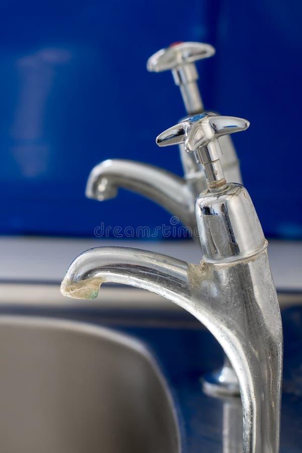 Acúmulo de Limescale no torneira da cozinha ou do banheiro Torneira velha do cromo foto de stock royalty free