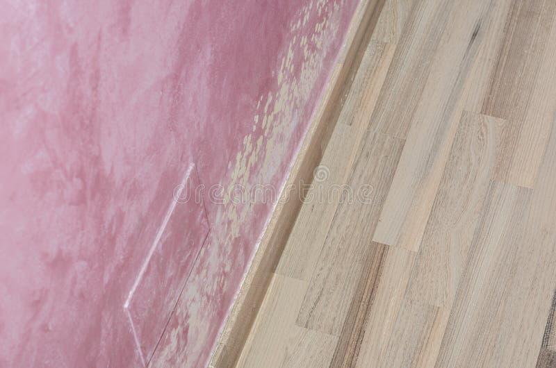 Acúmulo do molde e da umidade na parede cor-de-rosa foto de stock royalty free