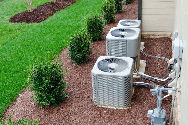 AC eenheden verbonden met het woonhuis stock afbeelding