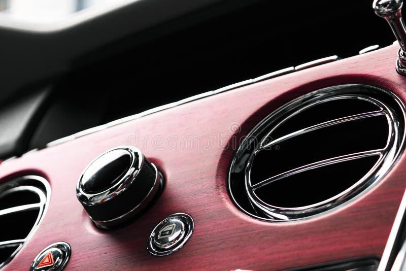 AC Ventilatiedek in Binnenland van de Luxe het moderne Auto Het moderne binnenland van het auto witte leer met het stikken Natuur royalty-vrije stock afbeelding