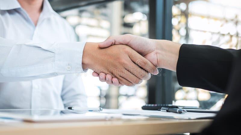 Acabando para arriba una conversación después de la colaboración, apretón de manos de dos hombres de negocios después del acuerdo fotos de archivo