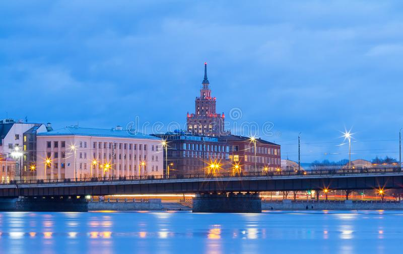 Académie letton des sciences, du pont en pierre et de la dvina occidentale de rivière la nuit, Riga, Lettonie image stock