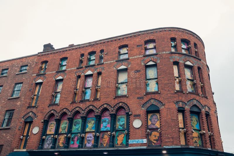 Acade de uma grande construção de tijolo vermelho em Dublin imagem de stock royalty free