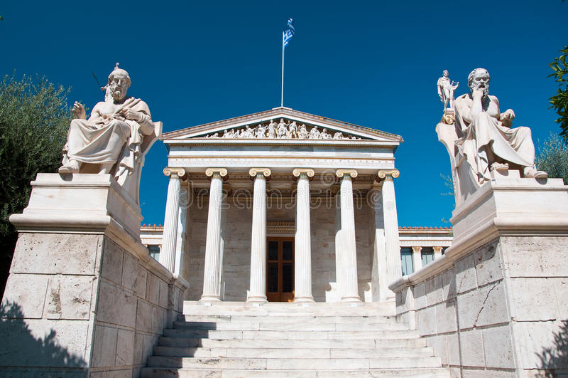 Academia de Atenas com o monumento de Plato e de Socrates. foto de stock