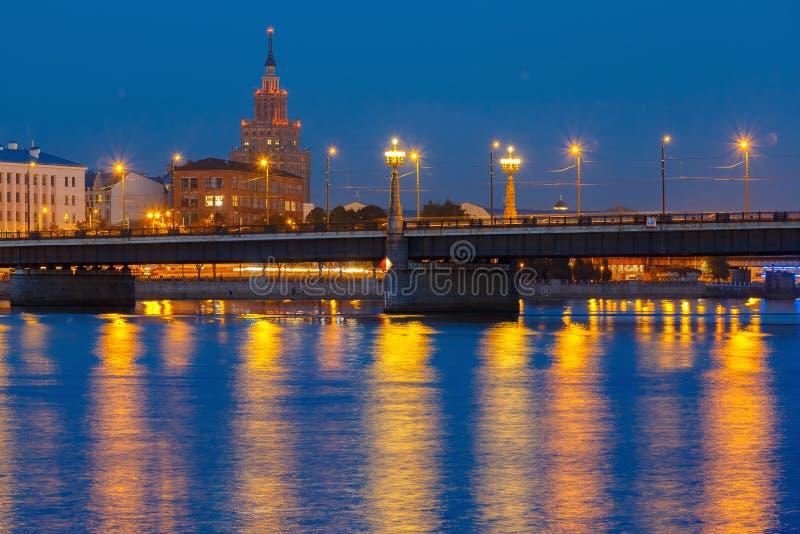 Academia de ciências letão na noite, Riga foto de stock royalty free