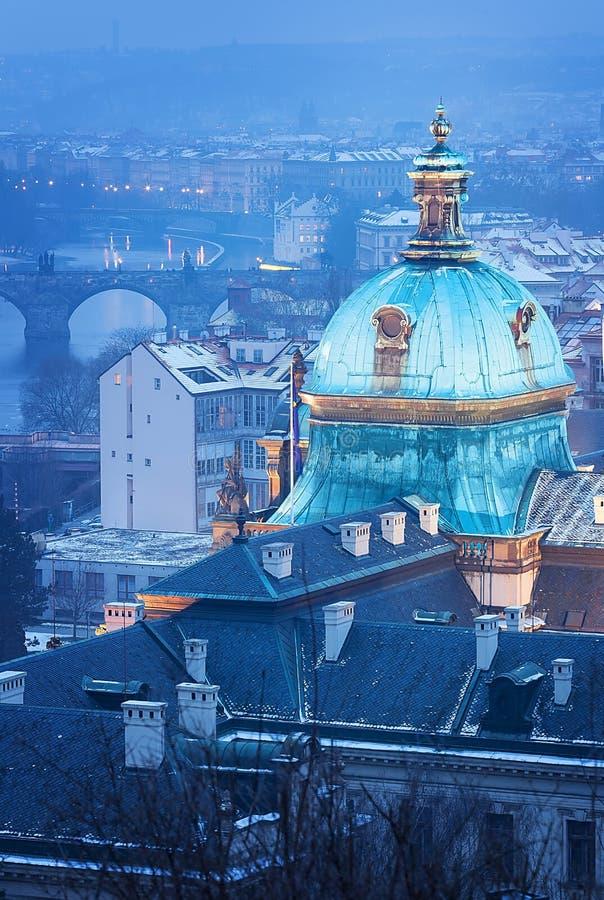Download Academia De Praga Straka En Niebla Del Invierno Imagen de archivo - Imagen de palacio, noche: 42440963