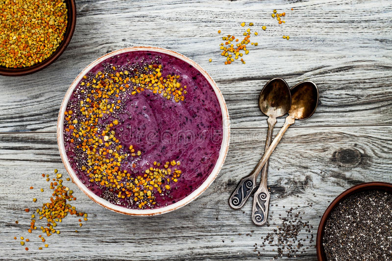 Acai早餐superfoods圆滑的人滚保龄球与chia种子,蜂花粉顶部 免疫促进,反激动的圆滑的人 图库摄影