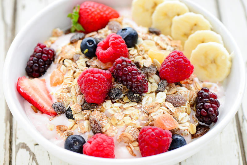 Acai水果钵用muesli谷物、莓果和香蕉 免版税图库摄影