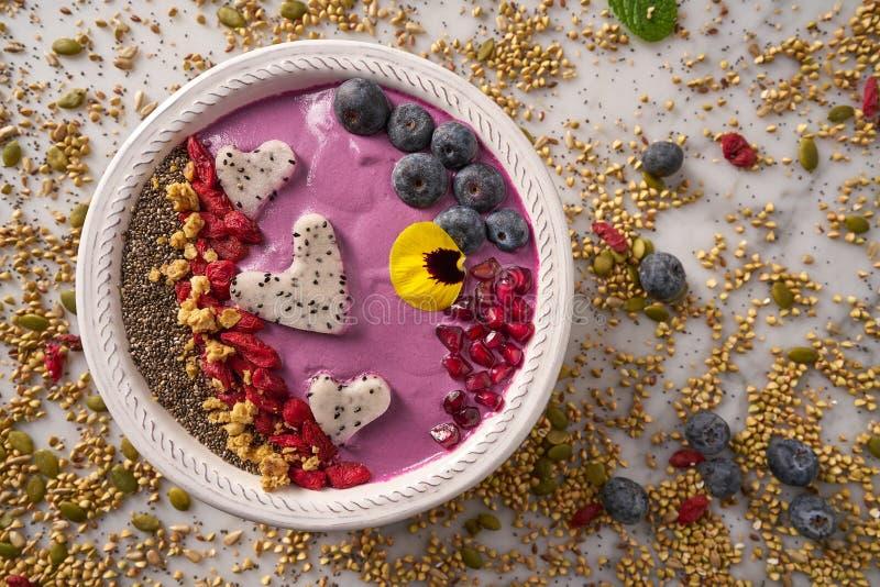 Acai-Schüssel Smoothie pitaya Herz-Blaubeeren-goji stockfotografie