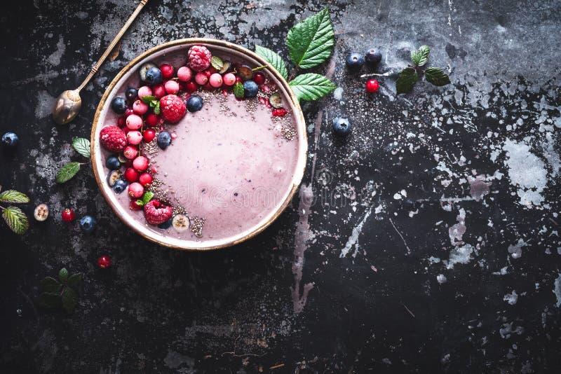 Acai Smoothie puchar z czarną jagodą, Rapsberry, Chia ziarna Dla Zdrowego śniadania obraz royalty free