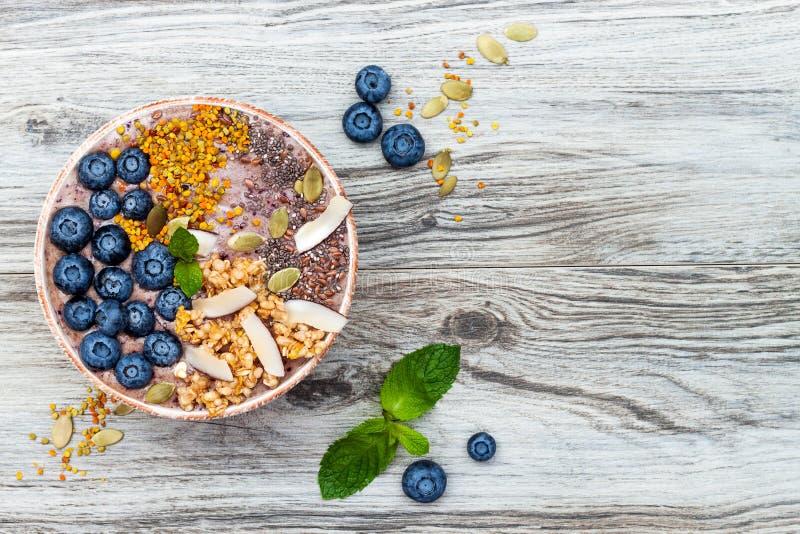 Acai superfoods śniadaniowi smoothies rzucają kulą nakrywają z chia, len, dyniowi ziarna, pszczoły pollen, granola, koks i czarne zdjęcie stock
