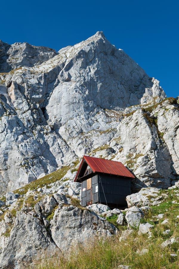 Acampa o abrigo sob o pico de montanha em Julian Alps imagem de stock