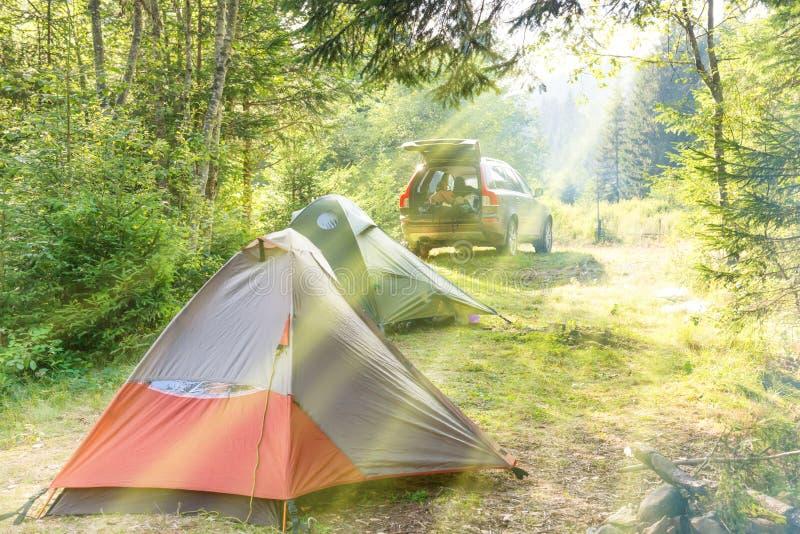 Acampamento acolhedor com barracas e um carro imagens de stock