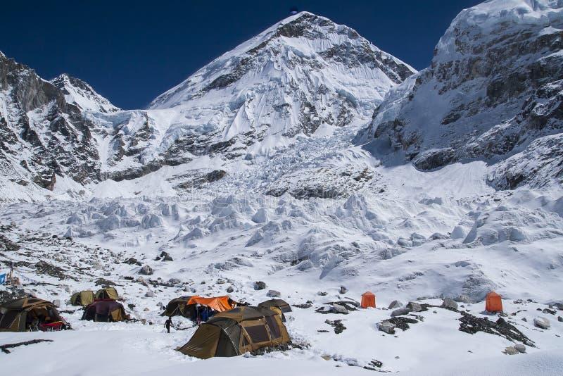 Acampamento baixo de Everest Face norte imagem de stock