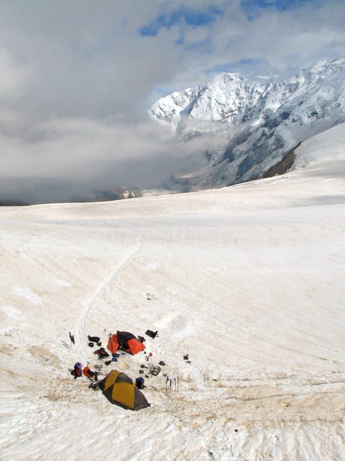 Acampamento base da escalada de montanha alta em montanhas de Bezenghi Cáucaso imagem de stock