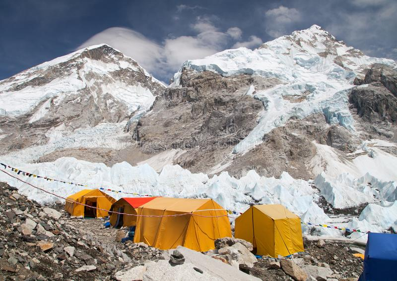 Acampamento base de Monte Everest, barracas, geleira de Khumbu foto de stock