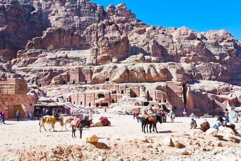 Acampamento beduíno na rua das fachadas, PETRA, Jordão imagem de stock