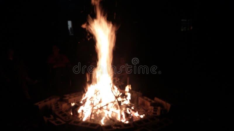 Acampamento bonito do fogo imagens de stock