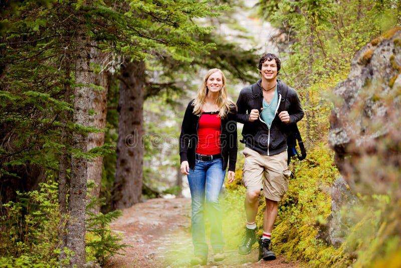 Acampamento caminhando o homem e a mulher fotografia de stock royalty free