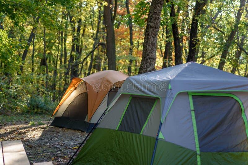 Acampamento com as duas barracas na luz do amanhecer no outono foto de stock royalty free
