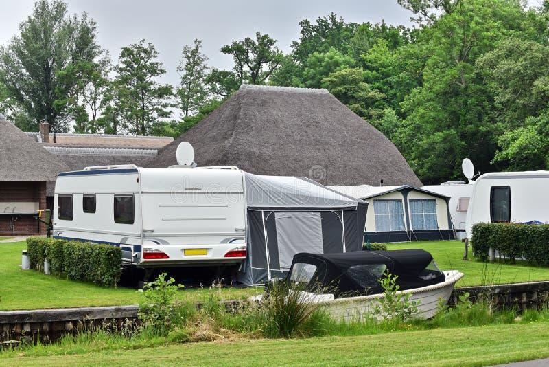 Acampamento com caravana e barco imagem de stock royalty free