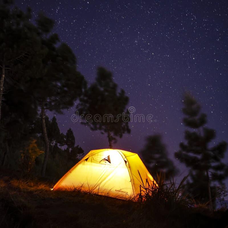 Acampamento com milkyway fotos de stock royalty free