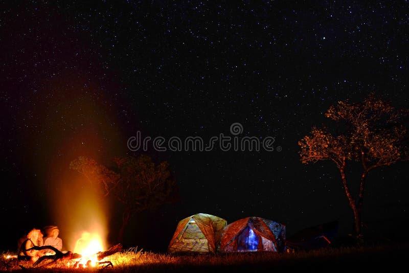 Acampamento com noite estrelado foto de stock