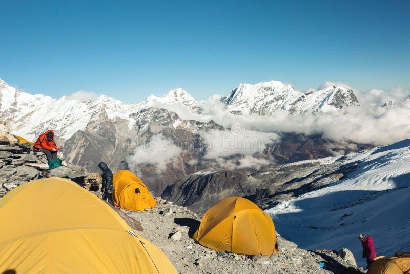 Acampamento da alta altitude da expedição da montanha imagem de stock royalty free