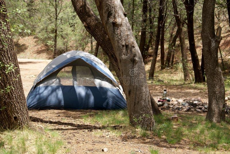 Download Acampamento da barraca foto de stock. Imagem de fora - 10052698